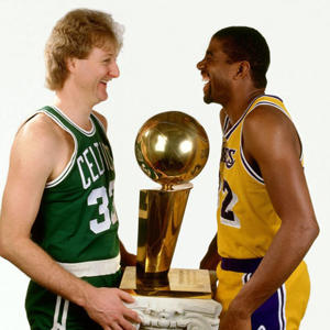 Larry Bird y Magic Johnson con el trofeo de campeón de la NBA. Su rivalidad dio un impulso vital a la Liga Norteamericana.