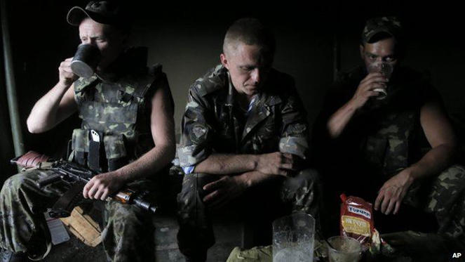 Ukrainian soldiers at a checkpoint outside Sloviansk (29 May 2014): The attack was one of the worst losses of life for government forces in the conflict so far