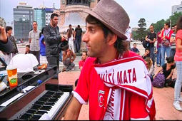 German piano player calms Turkish protesters