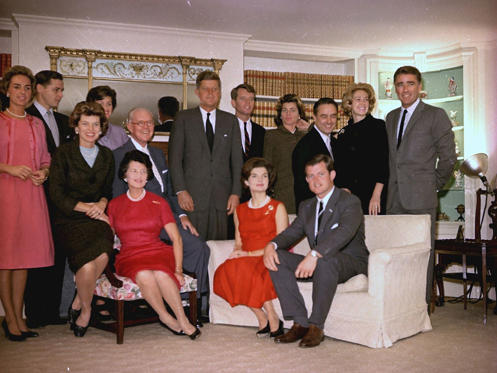 Diapositiva 4 de 12: Like a political Osmonds, the toothy and multitudinous Kennedy clan are about the closest the US have got to a royal family. And yet for all their wealth, glamour and all-American good looks, the family have been plagued with tragedy. John F Kennedy (centre) and his brother Bobby (to the right of John) were both assassinated, Rosemary Kennedy suffered a failed lobotomy, Ted Kennedy (seated right) was responsible for an accident that killed his female passenger, and four family members were in plane crashes. Luckily, things have gone a little more smoothly for the family in recent years.