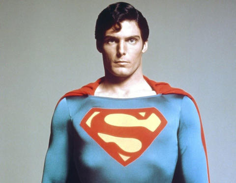 Diapositiva 11 de 12: Dean Cain must be quaking in his boots. The alleged Superman curse refers to tragedies that have befallen creatives associated with Superman adaptations - most famously, the late Christopher Reeve (pictured), who was paralysed after being thrown from his horse in 1995 and later died of complications arising from his condition, and George Reeves, who played the superhero in the 1950s TV series Adventures of Superman, and was found dead in 1951 of an apparent suicide. Although if you really are dead-set on linking these two ill-fated actors you may as well be done with it and call it the 'Reeve(s)' curse.