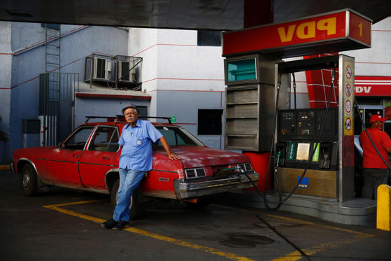 Dia 1/51: As of March 9, 2015, the average price of petrol is US $1.05 per liter around the world. However, the price of petrol differs in the international markets from country to country depending on tax and subsidies offered by various governments rich and poor.  Click through to see the list of countries where the price of petrol is the most expensive and the cheapest.  Note: Data for countries marked with an asterix (*) has data that is official and up-to-date.