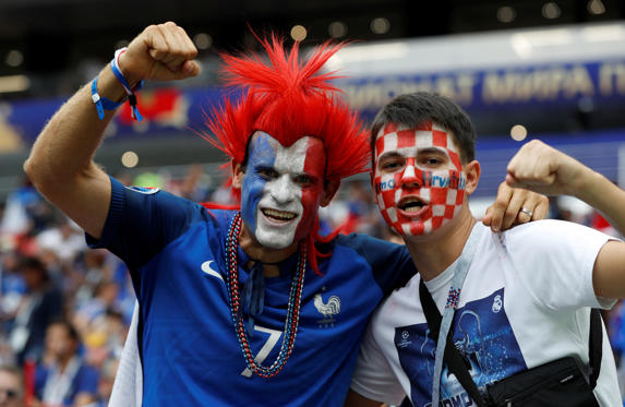 Diapositiva 1 de 148: Soccer Football - World Cup - Final - France v Croatia - Luzhniki Stadium, Moscow, Russia - July 15, 2018  France fan and a Croatia fan pose for a photo inside the stadium before the match  REUTERS/Darren Staples