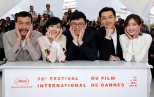 "72nd Cannes Film Festival - Photocall for the film ""The Wild Goose Lake"" (Nan Fang Che Zhan De Ju Hui) in competition - Cannes, France, May 19, 2019. Director Diao Yinan and cast members Hu Ge, Liao Fan, Gwei Lun-Mei, Wan Qian pose. REUTERS/Jean-Paul Pelissier     TPX IMAGES OF THE DAY"