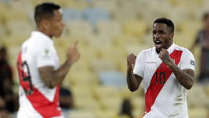 Peru's Jefferson Farfan, right, celebrates scoring his side's second goal against Bolivia during a Copa America Group B soccer match at Maracana stadium in Rio de Janeiro, Brazil, Tuesday, June 18, 2019. (AP Photo/Silvia Izquierdo)