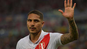 Peru's Paolo Guerrero acknowledges the crowd as he is being substituted at the end of the Copa America football tournament group match against Bolivia at Maracana Stadium in Rio de Janeiro, Brazil, on June 18, 2019. (Photo by Carl DE SOUZA / AFP)        (Photo credit should read CARL DE SOUZA/AFP/Getty Images)