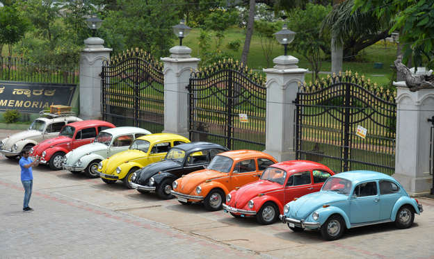 19 枚のスライドの 1 枚目: Vintage Volkswagen Beetle cars are parked in a row during a rally held as part of the 23rd anniversary of 'World Wide VW Beetle Day', in Bangalore on June 24, 2018. - 'World Wide VW Beetle Day' or 'Drive your VW to work day' is celebrated every year on June 22 by enthusiasts of the Volkswagen Beetle all over the world to commemorate the German car model. (Photo by MANJUNATH KIRAN / AFP)        (Photo credit should read MANJUNATH KIRAN/AFP/Getty Images)
