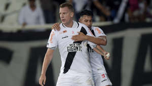 RIO DE JANEIRO, BRAZIL - OCTOBER 09: Maxi López (L) of Vasco da Gama celebrates with teammate Andrés Rios after scoring the first goal of his team during the match between Botafogo and Vasco da Gama as part of Brasileirao Series A 2018 at Engenhao Stadium on October 09, 2018 in Rio de Janeiro, Brazil. (Photo by Alexandre Loureiro/Getty Images)