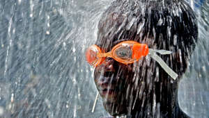 Jerry Holt/Star Tribune ----- Ashanti Hall, 11, cools on a hot and humid day.