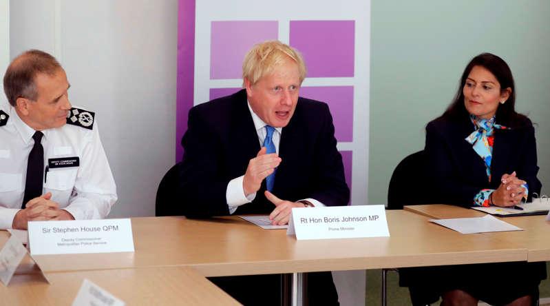 英国首相鲍里斯·约翰逊(左)在英国内政大臣普里提帕特尔(R)的陪同下,于2019年7月31日在伦敦内政部举行的国家警务委员会第一次会议上发言。(摄影:Kirsty Wigglesworth / POOL / AFP)(图片来源应为KIRSTY WIGGLESWORTH / AFP / Getty Images)