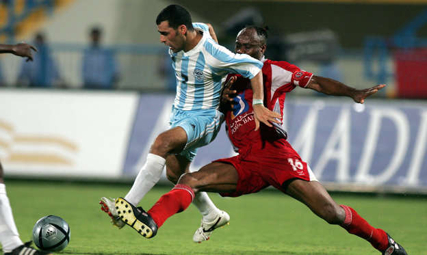 DOHA, QATAR:  Nigerian Taribo West of al-Arabi (R) fights for the ball against Iraqi Imad Mohammad of al-Wakra during their semi-final match of the  Qatar's Emir Cup in Doha 29 May 2005. Wakra won 4-1.     AFP PHOTO/KARIM JAAFAR   (Photo credit should read KARIM JAAFAR/AFP/Getty Images)