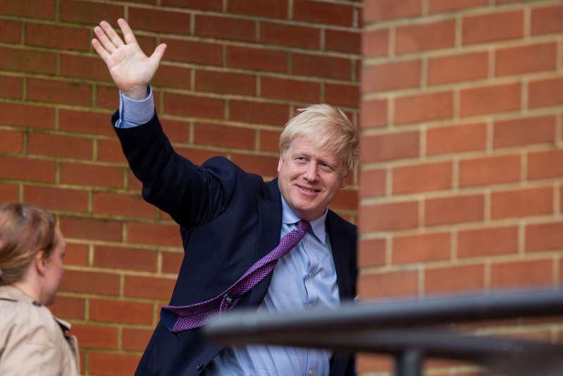 英国威尔士,加的夫,2019年7月30日。英国首相鲍里斯·约翰逊在抵达威尔士国民议会大楼与威尔士第一部长Mark Drakeford会面时向抗议者挥手致意。 (图片来源应通过Getty Images阅读Mark Hawkins / Composed Images / Barcroft Media)