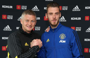 David de Gea of Manchester United poses with Manager Ole Gunnar Solskjaer after signing a new contract with the club at Aon Training Complex