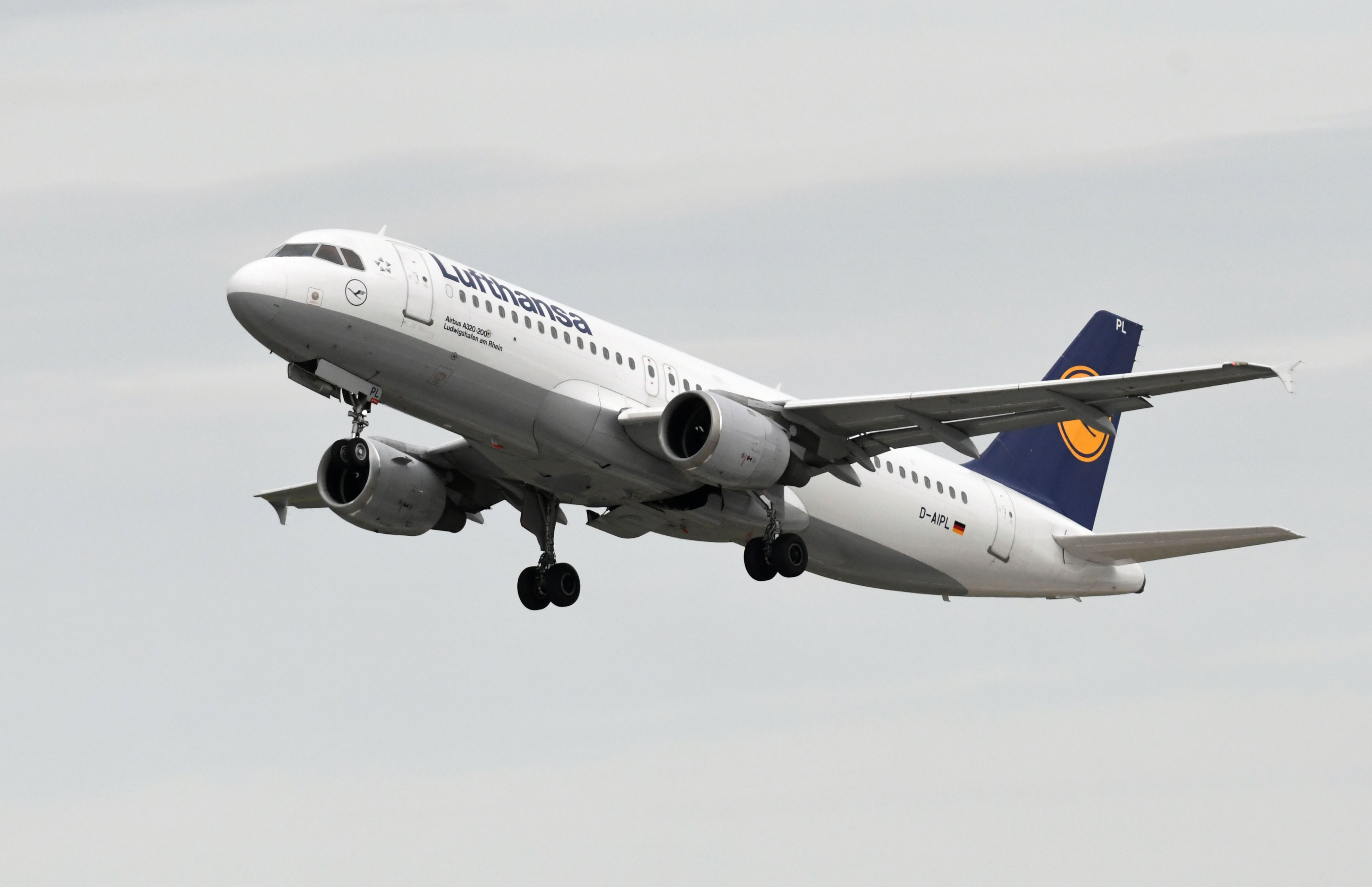 Lufthansa subsidiaries: German airports hit by Eurowings, Germanwings walkouts