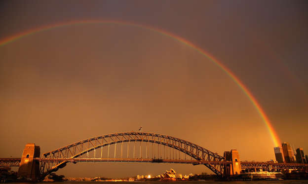 幻灯片 25 - 1: SYDNEY, AUSTRALIA - JUNE 17: A rainbow is seen over the Sydney Harbour Bridge on June 17, 2015 in Sydney, Australia. (Photo by Cameron Spencer/Getty Images)