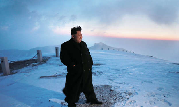 Dia 1 van 16: A picture made available on 19 April 2015 by the Korean Central News Agency (KCNA) shows North Korean leader Kim Jong-un posing for a photo on Mount Paekdu, the highest mountain on the Korean Peninsula, 18 April 2015.