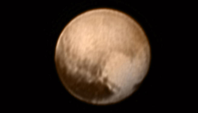 Diapositiva 1 de 16: Pluto is pictured in this July 7, 2015 handout image from New Horizons Long Range Reconnaissance Imager (LORRI).This image, the most detailed yet returned by the LORRI aboard New Horizons -- has been combined with lower-resolution color information from the Ralph instrument.