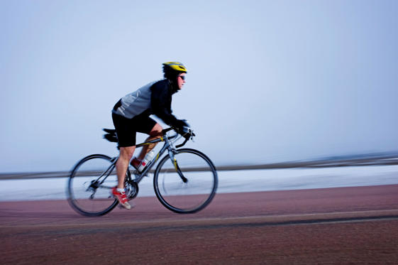 Bild 1 av 23: Man bicycles on a cold and foggy winter day