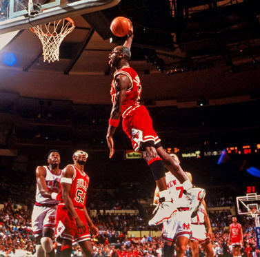 Folie 1 von 55: Michael Jordan of the Chicago Bulls goes up for a dunk against the New York Knicks on April 4, 1991.