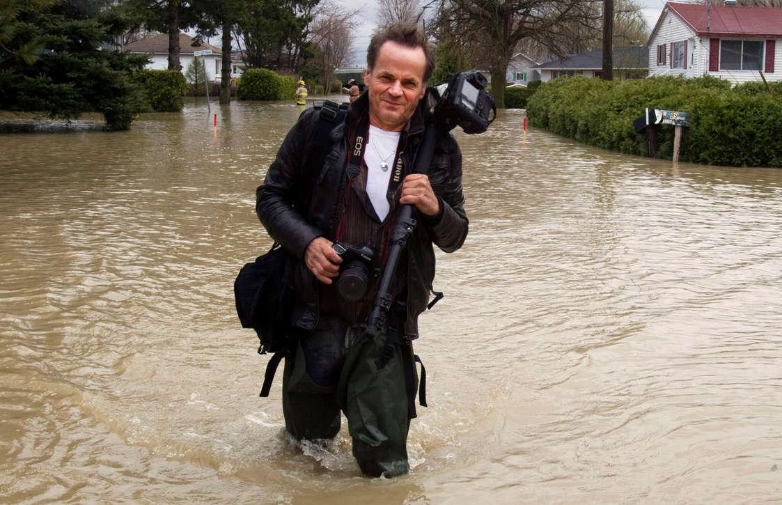 Le photographe Jacques Nadeau à Saint-Blaise après des inondations, le 5 mai 2011.