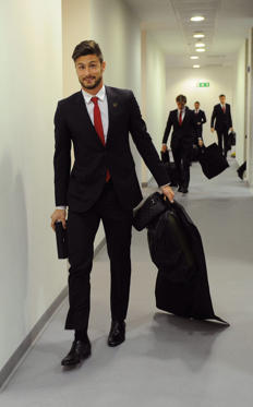 Διαφάνεια 2 από 27: LONDON, ENGLAND - NOVEMBER 02:  Olivier Giroud of Arsenal arrives in the Arsenal changing room before the Barclays Premier League match between Arsenal and Liverpool at Emirates Stadium on November 02, 2013 in London, England.