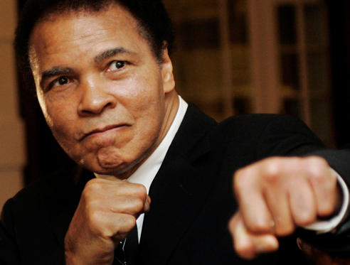 26 枚のスライドの 1 枚目: U.S. boxing great Muhammad Ali poses during the Crystal Award ceremony at the World Economic Forum (WEF) in Davos, Switzerland in this file photo from January 28, 2006. Ali has been hospitalized for follow-up care for a urinary tract infection that he received treatment for in recent weeks, and he is expected to be released in a day, a spokesman said January 15, 2015