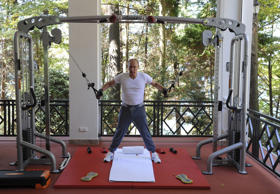 Russian President Vladimir Putin exercises in a gym at the Bocharov Ruchei state residence in Sochi, Russia, August 30, 2015. REUTERS/Michael Klimentyev/RIA Novosti/Kremlin ATTENTION EDITORS - THIS IMAGE HAS BEEN SUPPLIED BY A THIRD PARTY. IT IS DISTRIBUTED, EXACTLY AS RECEIVED BY REUTERS, AS A SERVICE TO CLIENTS. TPX IMAGES OF THE DAY