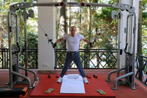 Putin pumps iron to show Russians his healthy side