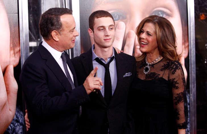 """Desde la izquierda, Tom Hanks, Chester Hanks y Rita Wilson asisten al estreno de """"Extremely Loud & Incredibly Close"""" en el Teatro Ziegfeld en Jueves, 15 de diciembre 2011, en Nueva York. (Foto AP / Peter Kramer)"""