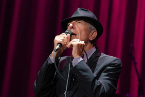 Konzert; PROMINENTE; mit Hut; Hut; sings; singt; Germany; July 17; performs; Canada; Poet; Singer; Deutschland; Berliner; Berlin; O2 World; 17.07.2013; 2013; Kanada; Dichter; Songwriter; Saenger; Leonard Cohen; Tour; Veranstaltungsort; location; venue; performing; performance; live; music; Musik; concerts; concert; Musician; Musiker; Berufe; Beruf; Auftritt; gigging; Gig; Stage; Buehne; Veranstaltung; Event; Konzerte