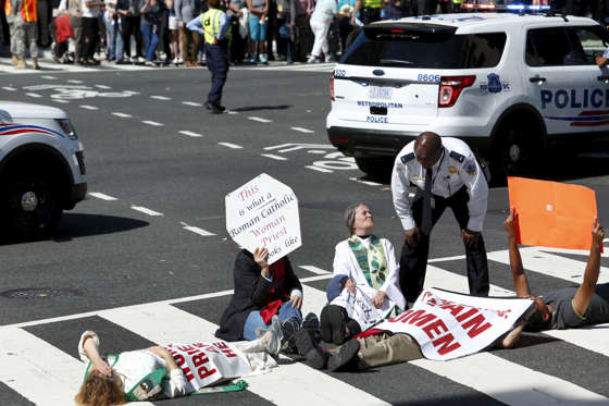 Protesters block a street outside Saint Matthew's Cathedral in Washington during Pope Francis' prayer meeting with U.S. bishops, September 23, 2015. REUTERS/Yuri Gripas - RTX1S3AF