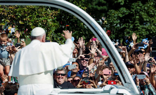 Pope Francis waves from the popemobile during a papal parade in Washington September 23, 2015. Pope Francis is making his first visit to the United States.  REUTERS/Pool  - RTX1S30G