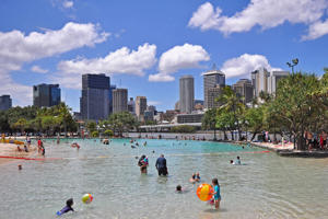 City Beach in Brisbane-Southbank vor der Skyline und dem Brisbane River