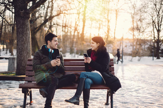 Diapositiva 1 de 25: Happy couple texting on smartphones
