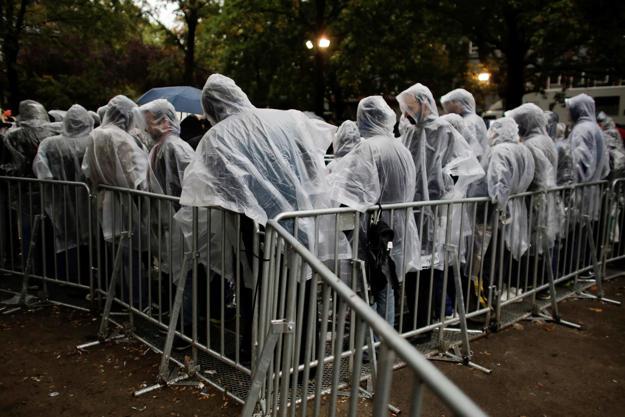 Immerhin ein Regencape: Flüchtlinge warten vor dem Berliner Lageso, um sich registrieren zu lassen.