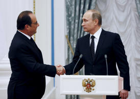 Russia's President Vladimir Putin (R) shakes hands with his French counterpart Francois Hollande during a news conference at the Kremlin in Moscow, Russia, November 26, 2015. France and Russia agreed on Thursday to exchange intelligence on Islamic State and other militant groups in Syria to help improve the effectiveness of their aerial bombing campaigns in the country, French President Francois Hollande said.