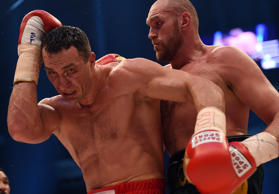 Der Vierfach-Weltmeister Wladimir Klitschko, links, ist am 28. November 2015 in ...