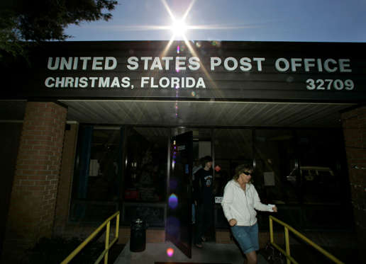 """After mailing Christmas cards, customers leave the post office in Christmas, Fla., Monday, Dec. 17, 2007. Patrons come from all over to mail their holiday cards and packages in order to have the postmark, """"Christmas, Fl."""" (AP Photo/John Raoux)"""