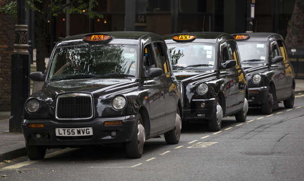 幻灯片 21 - 1: LONDON, ENGLAND - JUNE 02: Taxis wait on a rank in Westminster on June 2, 2014 in London, England. The controversial mobile application 'Uber', which allows users to hail private-hire cars from any location, is opposed by established taxi drivers and currently serves more than 100 cities in 37 countries. London's black cabs are seeking a High Court ruling on the claim that the Uber software is breaking the law by using an app as a taxi meter to determine rates. (Photo by Oli Scarff/Getty Images)