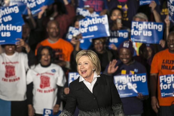 Hillary Clinton, el ex secretario de Estado y el 2016 el candidato presidencial demócrata, saluda a los asistentes durante un acto de campaña en Detroit, Michigan, Estados Unidos, el lunes 7 de marzo de 2016.