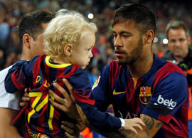 Barcelona's Neymar from Brazil holds his son Davi Lucca Da Silva before their Spanish first division soccer match against Celta de Vigo at Camp Nou stadium in Barcelona November 1, 2014. REUTERS/Albert Gea (SPAIN - Tags: SPORT SOCCER ENTERTAINMENT)