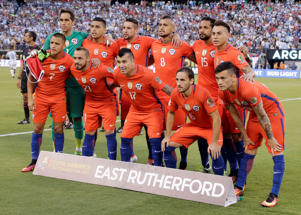 Chile poses for a team photo before the Copa America Centenario championship soccer match between Argentina and Chile, Sunday, June 26, 2016, in East Rutherford, N.J. (AP Photo/Julie Jacobson)