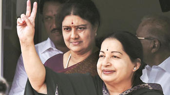 Jaya sanctions Rs 10 lakh relief for injured woman: File Photo: CM Jayalalithaa along with her aide Sasikala waving at her supporters. (Source: PTI photo/file)