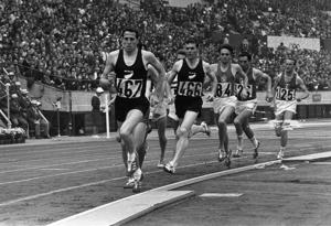 Peter Snell, number 466, on his way to victory in the 1500m at the 1964 Tokyo Olympics.