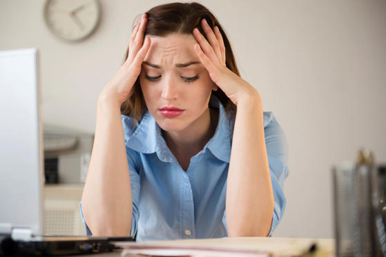 Diapositiva 1 de 30: Businesswoman frustrated at work