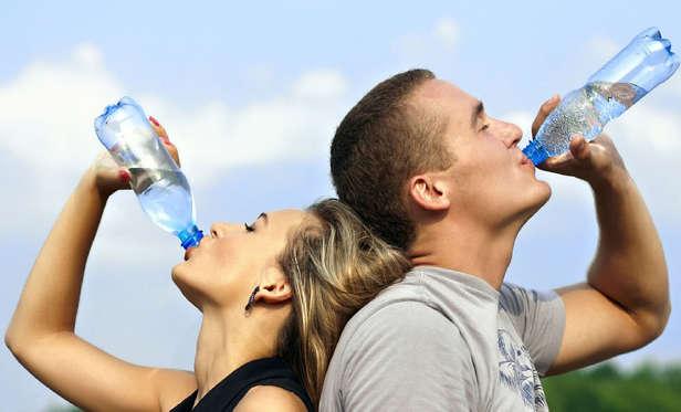 <p>L'eau est désormais surnommée l'or bleu parce que certaines régions commencent déjà à en manquer. Si une bouteille de 500 ml coûte présentement environ 2 $, on peut prévoir qu'elle coûtera au moins cinq fois plus cher dans 50 ans. Et ça, c'est sans compter l'eau que l'on consomme au robinet!</p>