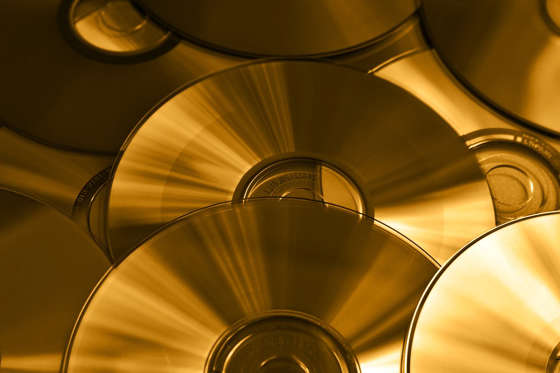 <p>Il reste très peu de temps avant que les DVD et les CD ne deviennent complètement désuets. Maintenant, tout est en ligne : on regarde des films et on écoute de la musique directement sur l'ordinateur. Mais il y a de bonnes chances que ces objets, comme aujourd'hui le gramophone ou le tourne-disque, deviennent des antiquités prisées et que leur prix décuple d'ici 50 ans.</p>