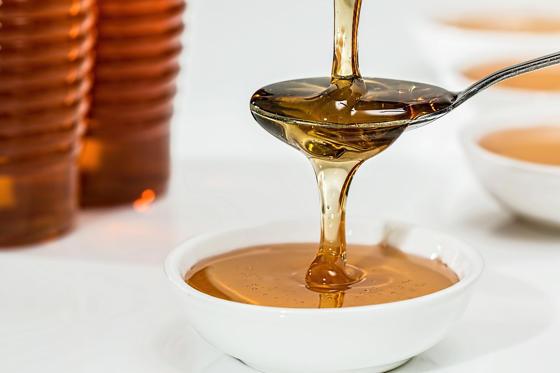 <p>Si la tendance se maintient et si nous n'agissons pas rapidement pour sauver les abeilles, celles-ci sont vouées à disparaître. Un pot de miel, que l'on peut présentement acheter à plus ou moins 7 $, devrait devenir un véritable luxe, comme le caviar ou le foie gras, et coûter au moins 30 $ pour un petit pot.</p>