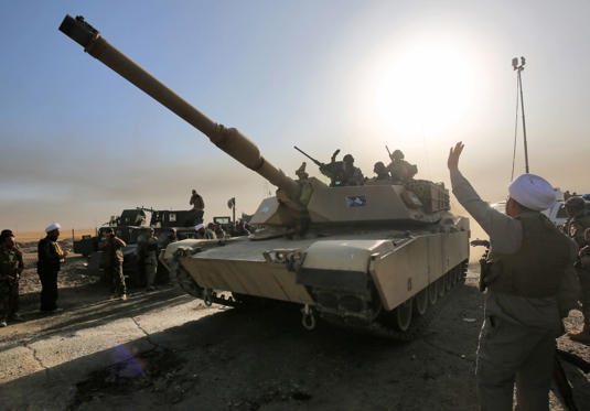 Iraqi forces deploy in the area of al-Shourah, some 45 kms south of Mosul, as they advance towards the city to retake it from the Islamic State (IS) group jihadists, on October 17, 2016. Iraqi Prime Minister Haider al-Abadi announced earlier in the day that the long-awaited operation to recapture Mosul was under way.