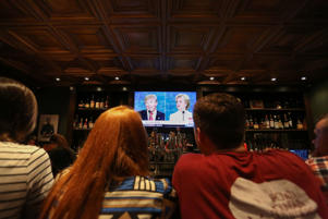 People watch the third presidential debate between presidential debate between US Democratic presidential candidate Hillary Clinton and US Republican presidential candidate Donald Trump at Murphy's Tap House in uptown Charlotte, North Carolina on October 19, 2016. / AFP / Logan Cyrus